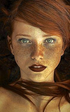 Imagen ojos verdes, texto Una mañana.